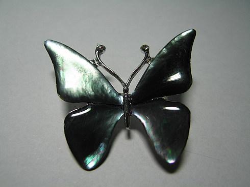 ... перламутровая брошка в виде бабочки!