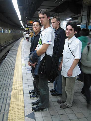 Приехали в Сеул - ждем поезда в метро. Перед каждой дверью нарисованы следы, где нужно ждать поезд (по бокам от того места, где будет дверь), вот на них-то мы и стоим.