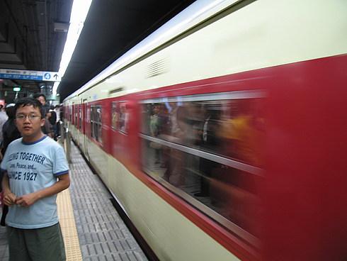 Вот и поезд. Обратите внимание, что поезд размазан, а отражение почти нет.