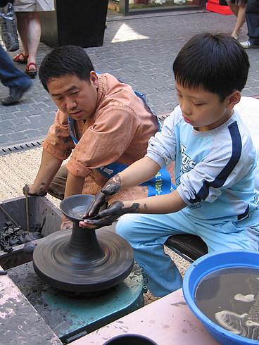 А тут все желающие могли сделать себе глиняную вазочку.