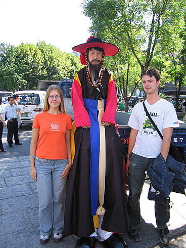 """Длинный кореец =)  (а если честно говорить, то на проходящем там фестивале сотрудники службы безопасности были одеты вот в такие """"традиционные"""" костюмы)"""