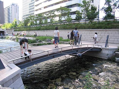 Искусственный канал посередине Сеула (на месте бывшего шоссе)
