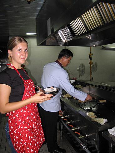 А это шеф-повар нашей столовой дает нам мастер класс приготовления в промышленных масштабах
