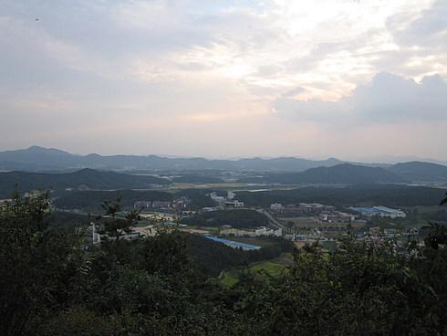 На вершине горы - беседка, скамейки, турники и гонг