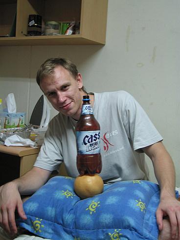 Игорь с пивом и закуской - грушей