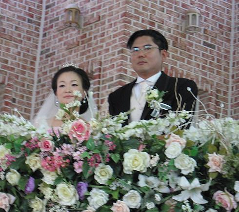 Жених и невеста в импровизированной свадебной карете