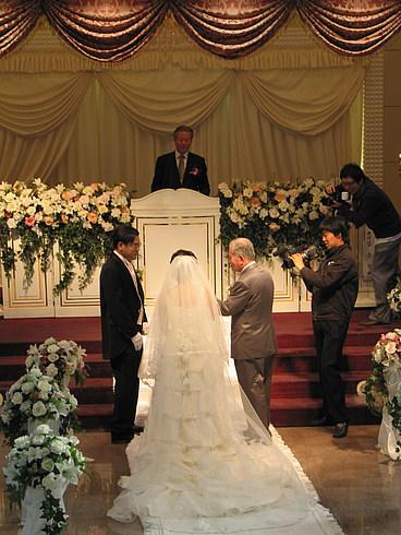 Отец невесты ведет ее к жениху