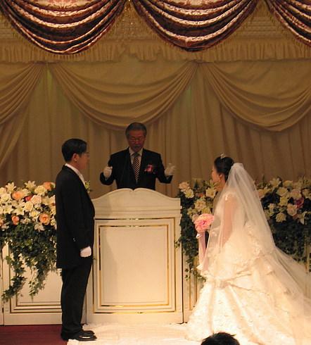 Жених и невеста приветствуют друг друга