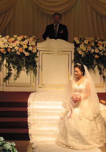 Невеста слушает речь жениха