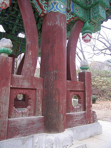 Торжественный вход на монумент, посвященный грецким орехам