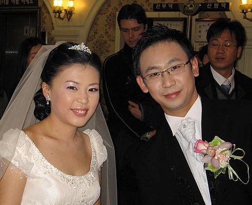На свадьбе: жених и невеста