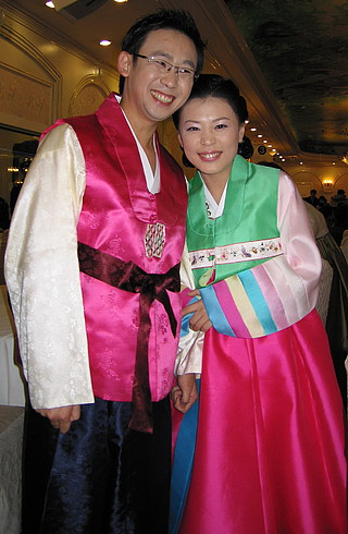 После церемонии - в национальных костюмах