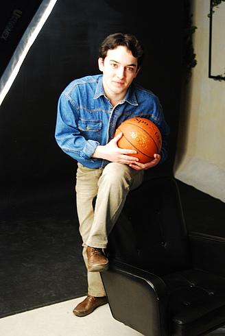 Халису достался баскетбольный мячик!
