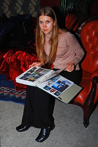 Дарья в это время рассматривала альбомы...