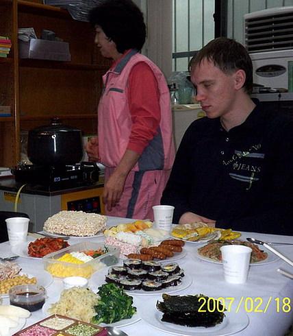 Жена Учителя варит новогодний суп. Если его поесть, то по традиции становишься на год старше