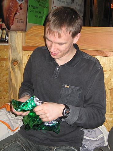 Процесс открывания подарков