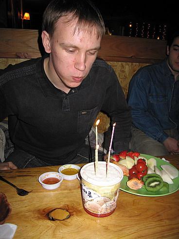 Игорь честно задул все свечи и загадал желание:)
