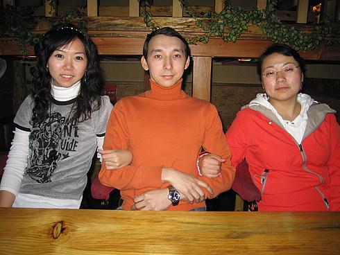 Именинник с китайскими девушками КуньЯн и Пепе