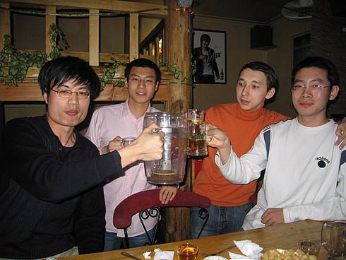 Жан Лян не пьет из мелкой посуды:)