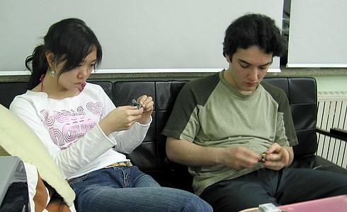 После поездки в супермаркет мы пили чай в нашей лаборатории, после чего Халис с Гынь Янь крутили головоломки