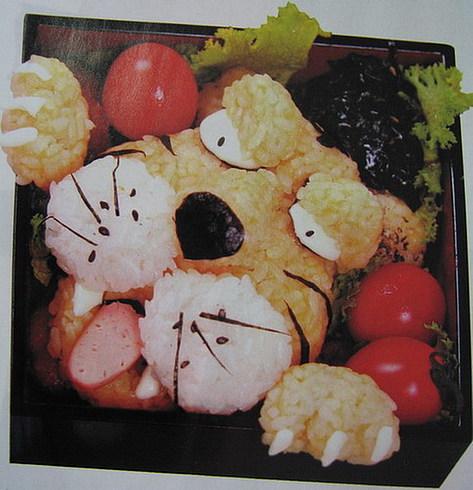 Этот тигр - съедобный. Сделан из риса, яйца, водорослей и сосисок - чего только не придумают корейцы, чтобы детки кушали:))