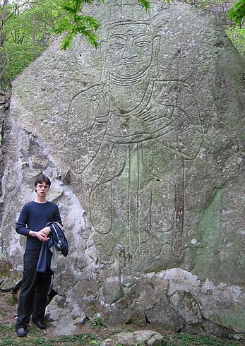На горе Какой-то Там Луны (Строго определенной) есть изображение Будды. Ну как вы понимаете, изображая Будду место экономить не следует, тем более что гора - камня много:)