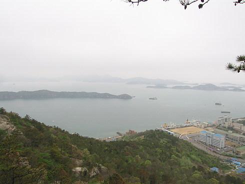 Университет, в котором проходила конференция, находится на самом берегу и ему принадлежат как минимум 2 корабля. Вид на университет с горы.
