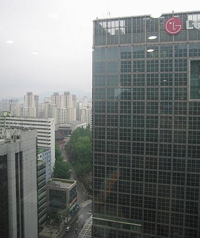 Вид из окна 16 этажа на соседние здания...